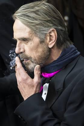 Jeremy Irons gött sich eine Zigarre