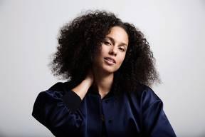 Alicia Keys – PopstarMit über 30 Millionen verkauften Alben weltweit und 15 Grammys gehört Alicia Keys zu den internationalen Superstars im Popgeschäft. Die amerikanische Sängerin und Musikerin betätigt sich zunehmend auch als politische Aktivistin. Sie lebt mit ihrem Mann, dem Produzenten Swizz Beatz, und den Söhnen Egypt, 9, und Genesis, 5, in New York und bei Los Angeles. Ihr neues, siebtes Album strotzt vor Optimismus und Euphorie. Wie keiner anderen gelingt es ihr, die Wärme des klassischen Soul mit aktuellem R'n'B zu verbinden. (sk)  Alicia Keys: ALICIA (Sony).