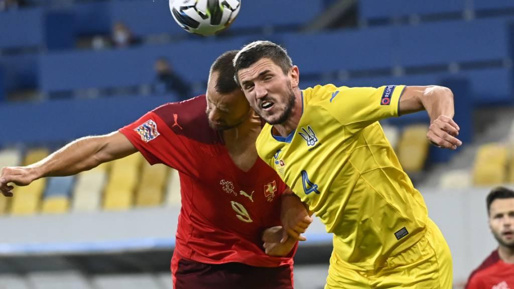 Der Schweizer Torschütze Hari Seferovic im Duell mit einem ukrainischen Verteidiger