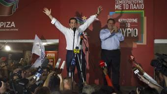 Der Jubel des Siegers: Alexis Tsipras (links) mit Koalitionspartner Panos Kammenos.Dimitris Michalakis/Reuters