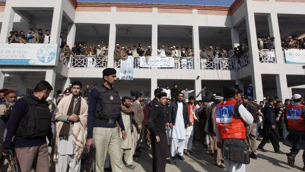 Szene nach dem Taliban-Anschlag auf die Universität in Nordwest-Pakistan.