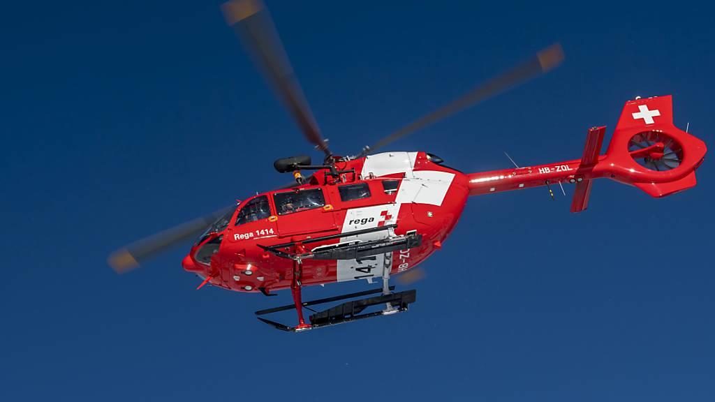 Ein Rega-Helikopter flog zur Unfallstelle. (Archivbild)