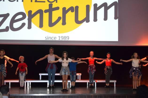 Kinder und Jugendliche des Danza Zentrums von Mariella Farré performen auf der Bühne.