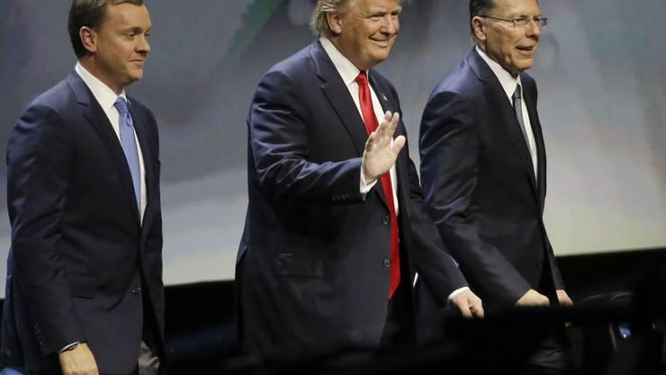 Donald Trump (Mitte) mit NRA-Chefs Chris Cox (links) und Wayne LaPierre (rechts) am Freitag in Louisville.