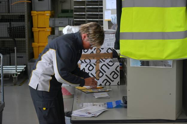 Briefmarken kleben, Einzahlungen kontrollieren, Päckchen abliefern: Die Nachbearbeitung rundet den Arbeitstag ab.