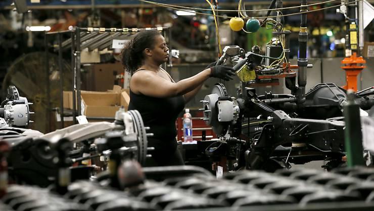 General Motors ist einer der Konzerne, die in ihren Werken den Treibhausgasausstoss reduzieren wollen. Hier eine Arbeiterin in einer Fabrik in Texas. (Symbolbild)