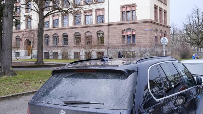 Die Kinder mit dem Auto in die Schule fahren: Vor allem unter Expats gang und gäbe.