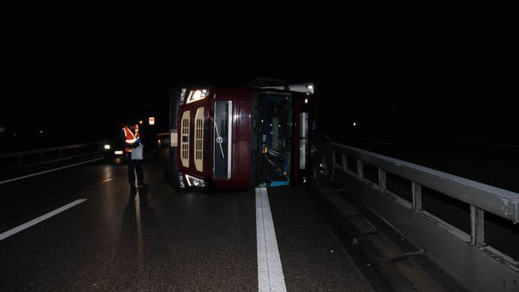Oensingen SO, 27. Februar: Auf der Autobahn A1 bei Oensingen kippte ein Sattelschlepper wegen heftiger Sturmböen auf die Seite. Verletzt wurde niemand.