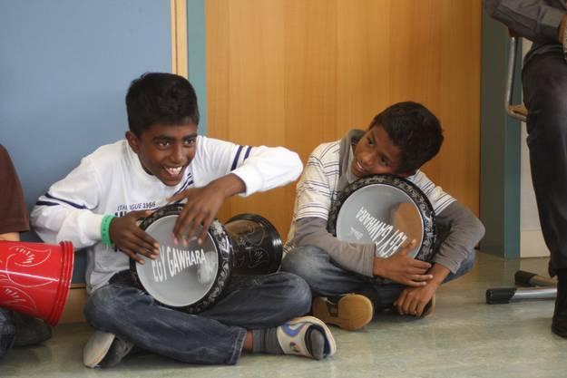 Yulexshan und Salom beim Trommeln