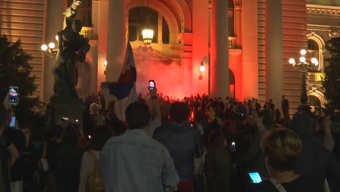 Nach einem starken Anstieg der Neuinfektionen hat die serbische Regierung am Freitag für die Hauptstadt Belgrad Schutzmassnahmen verhängt. Die Bevölkerung ist erzürnt. Mehrere tausend Personen demonstrierten vor dem Parlamentsgebäude.