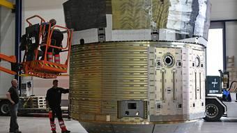 Der Prototyp eines ESA-Raumfrachters wurde am Donnerstag bei Ruag Space in Zürich verladen.
