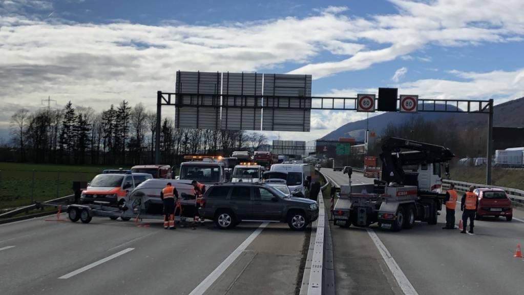 Der Schleuderunfall eines Anhängerzuges mit einem Boot führt am Mittwoch auf der A1 bei Härkingen SO zu grossen Staus.
