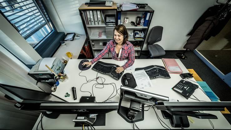 Sie hat den Überblick im Labyrinth von Bildschirmen, Tastaturen, Telefon und Drucker: Tamara Meier, Früherfasserin im Bereich der Eingliederungsberatung.