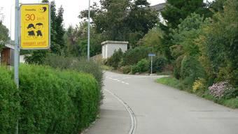Freiwillig Tempo 30 am Gänsackerweg in Gipf-Oberfrick, welches an Wohnhäuser vorbei an die Schule führt.