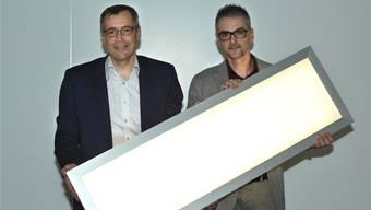 Christian Bosshard (links) und Rolando Ferrini präsentieren eine erste Demonstrations-Lampe für die künftige Lassie-Leuchte.