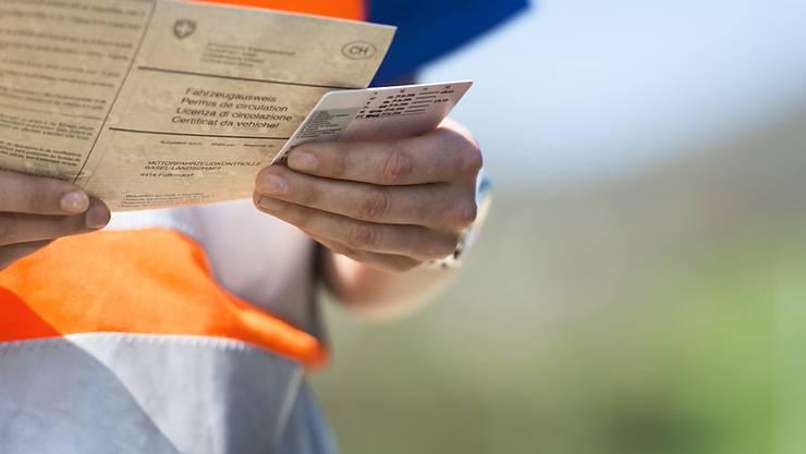 Einen Führerschein hatte der Mann in der Polizeikontrolle nicht vorzuweisen: Dieser war ihm schon vor 20 Jahren entzogen worden. Nun nimmt der Staatsanwalt dem Fehlbaren sein Auto weg. (Symbolbild)