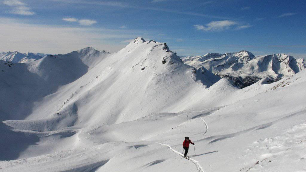 Die Lawinengefahr auf dem Alpenkamm ist immer noch auf Stufe vier - also «gross». Kritisch ist die Situation abseits der Pisten (Symbolbild).