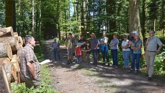 Die Waldbereisung machte an sechs Posten halt. Thematisiert wurden der Erhalt dicker Buchen und der Nutzen von Totholz.