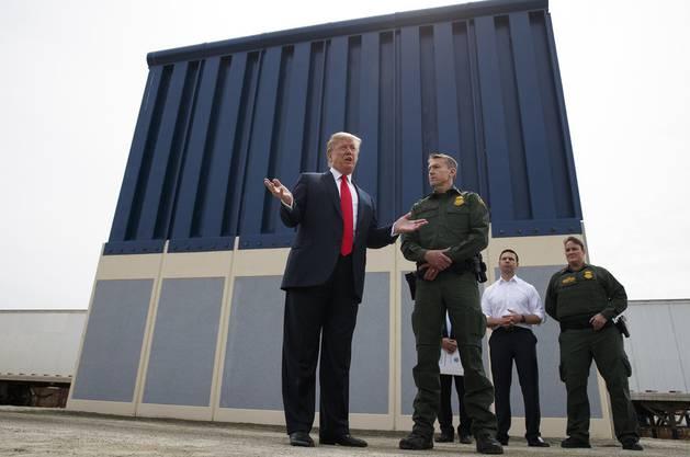 Donald Trump im März 2018 vor einem Prototypen seiner Mauer.