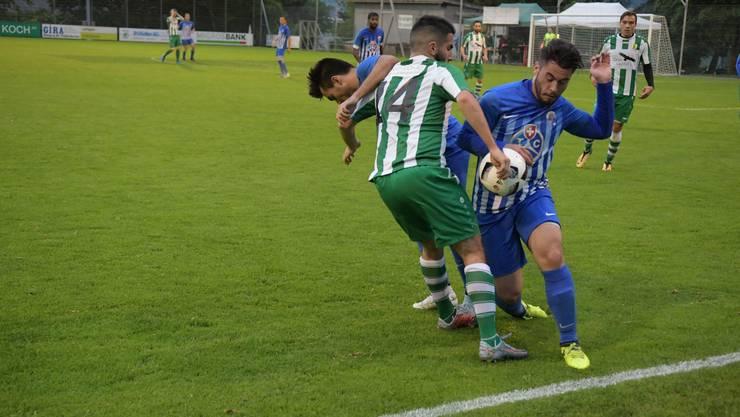 Die beiden Engstringer Deniz Sert (rechts) und Cristiano Fernandes Da Silva (links) hatten auf ihrer Abwehrseite viel zu tun im Spiel gegen Altstetten.
