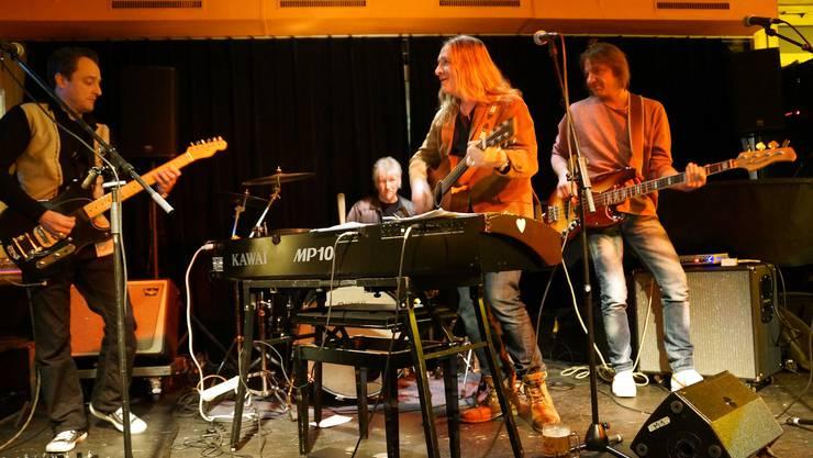 Brachten das Prima Vista zum Kochen  - Levi Bo mit seiner illustren Band bestehend aus Marc  Gerber (E-Gitarre), Pädu Ziswiler (Schlagzeug) und Markus Stephani (Bass) (Bild ub)1 - Kopie