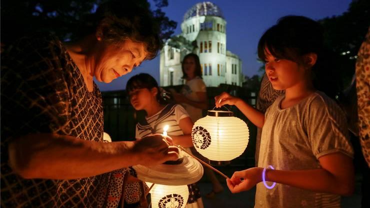 Gedenken an die Opfer: Einwohner von Hiroshima entzünden im Friedenspark Kerzen. KIMIMASA MAYAMA/EPA/Keystone