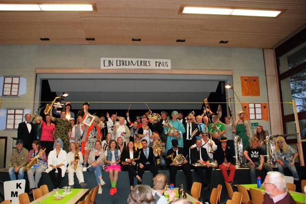 Die Vereinsmusik  Kriegstetten in Theatertenue