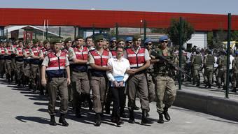 Seit dem türkischen Putschversuch im Juli 2016 werden viele Verdächtige inhaftiert. Das führt dazu, dass viele Türken flüchten und unter anderem in der Schweiz Asyl stellen. (Archivbild)