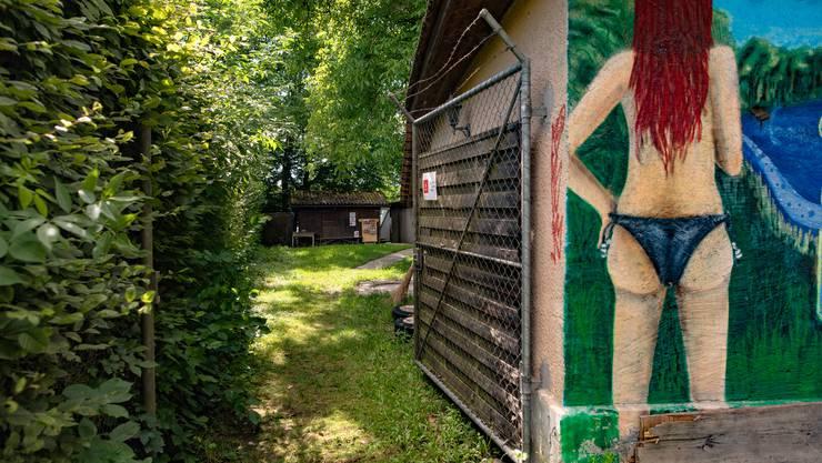Ein unscheinbares Gittertor neben dem Restaurant Seeblick führt zum Seeglashaus.