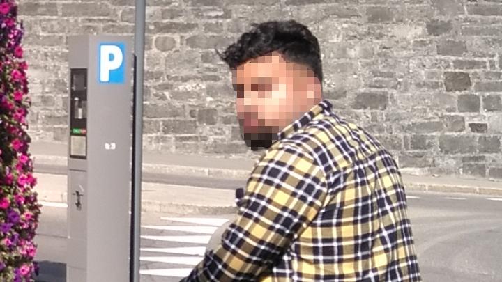Der Mann bettelte um Geld, ergriff aber die Flucht, als der Leserreporter ihn fotografierte.