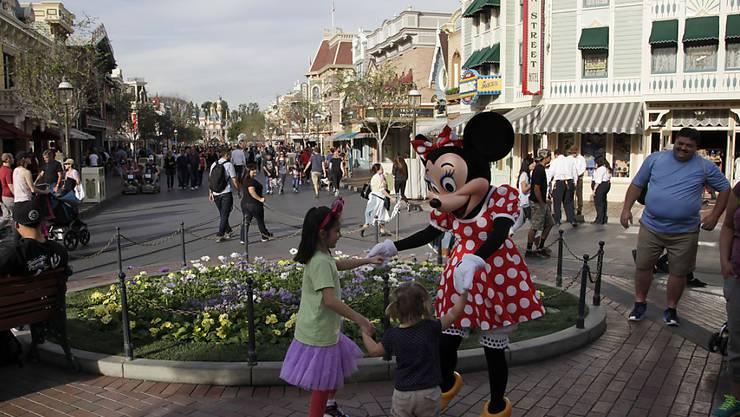 Minnie Mouse tanzt mit Besuchern im Vergnügungspark Disneyland im kalifornischen Anaheim. (Archivbild)