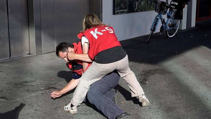 Nach einem gestellten Überfall auf eine Person beim Messeparking nimmt Ralph Schiely mit Hund Luna die Fährte der Täterin auf und findet sie anhand der Gruchsspuren, die sie bei ihrem Überfall auf dem Opfer hinterlassen hat