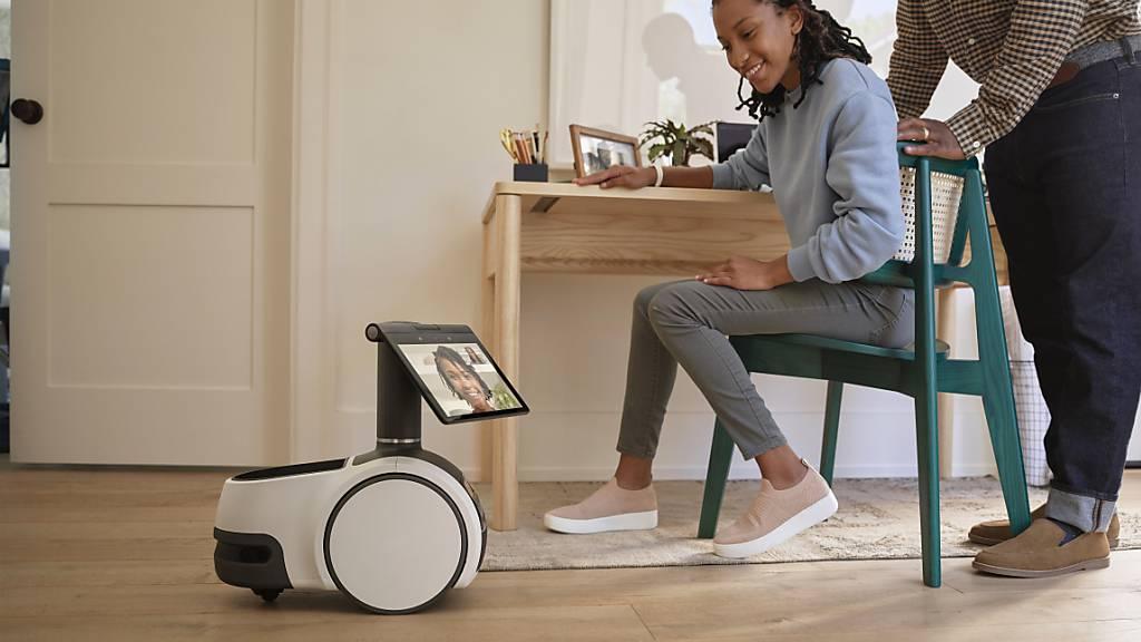 Haushaltsroboter gelten als das nächste grosse Ding im Smarthome. Amazon macht jetzt den ersten Schritt mit dem Astro, einer Art rollendem Tablet mit Kamera. Er eignet sich für Videochats und als mobile Überwachungsanlage - und hat auch einen Getränkehalter. (Archivbild)
