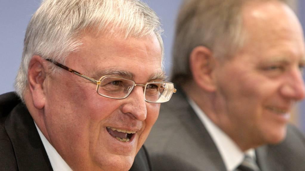 Der frühere Chef des deutschen Fussballverbands, Theo Zwanziger, muss sich demnächst in Deutschland wegen dubioser Zahlungen rund um die WM 2006 verantworten. (Archivbild)