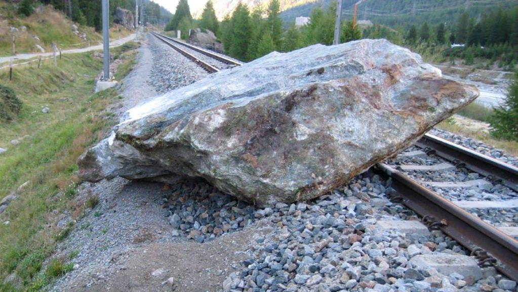 Unterbrochen war die Berninalinie der Rhätischen Bahn wegen Steinschlags. Personen oder Fahrzeuge kamen nicht zu Schaden.