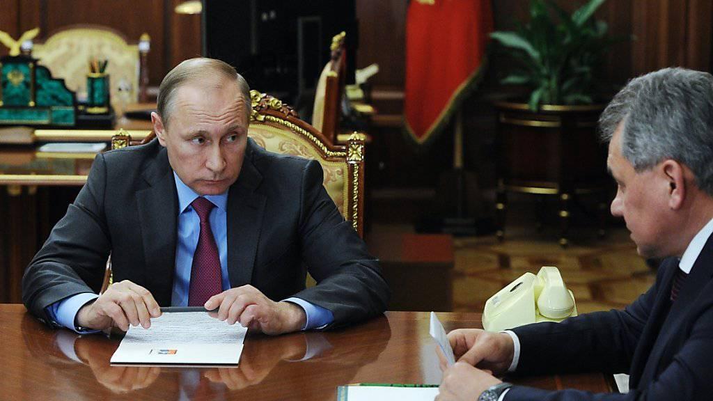 Besprechen den teilweisen Abzug der Truppen aus Syrien: Russlands Präsident Wladimir Putin mit seinem Verteidigungsminister Sergej Schoigu.
