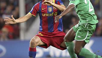 Barcelonas Sergio Busquets (l.) im Zweikampf mit Obafemi Martins