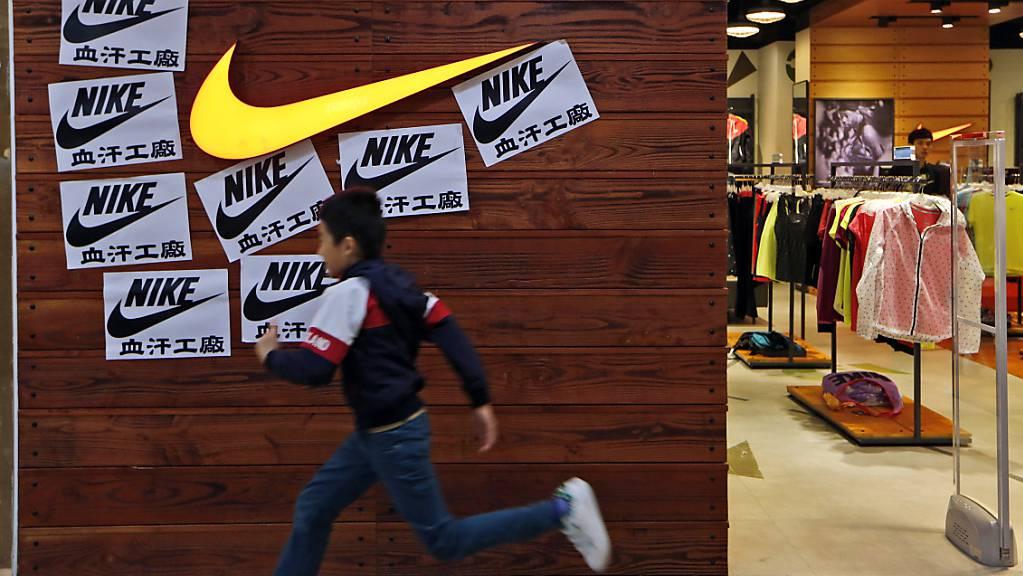 Ein Anstieg des Online-Absatzes während der Coronavirus-Pandemie hat dem US-Konzern Nike zu guten Geschäftszahlen verholfen.