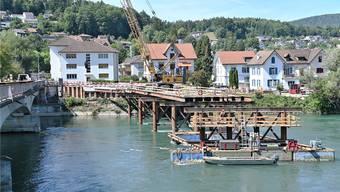 Der Bau der Hilfsbrücke kommt gut voran – und lockt immer wieder Schaulustige an.