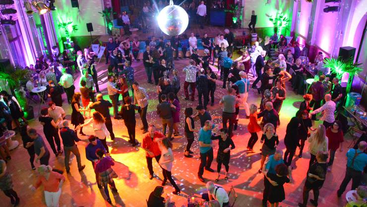 Mit 300 Besuchern war die Premiere im Rheinfelder Bahnhofsaal ausverkauft - und jedes Tanzpaar genug Platz zum Tanzen.