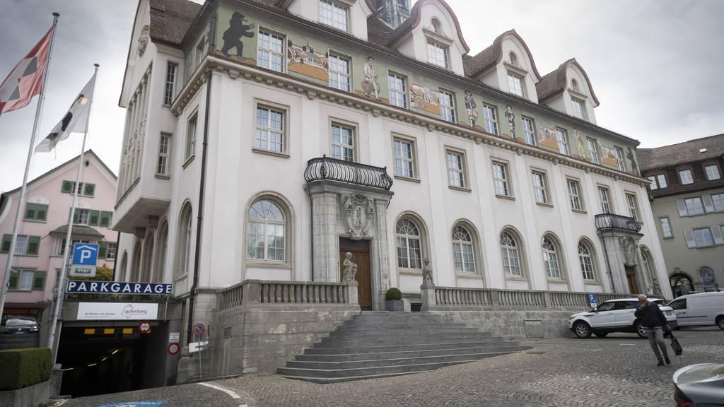 Jugendliche stossen 60-Jährigen von Treppe – Mann bleibt bewusstlos liegen