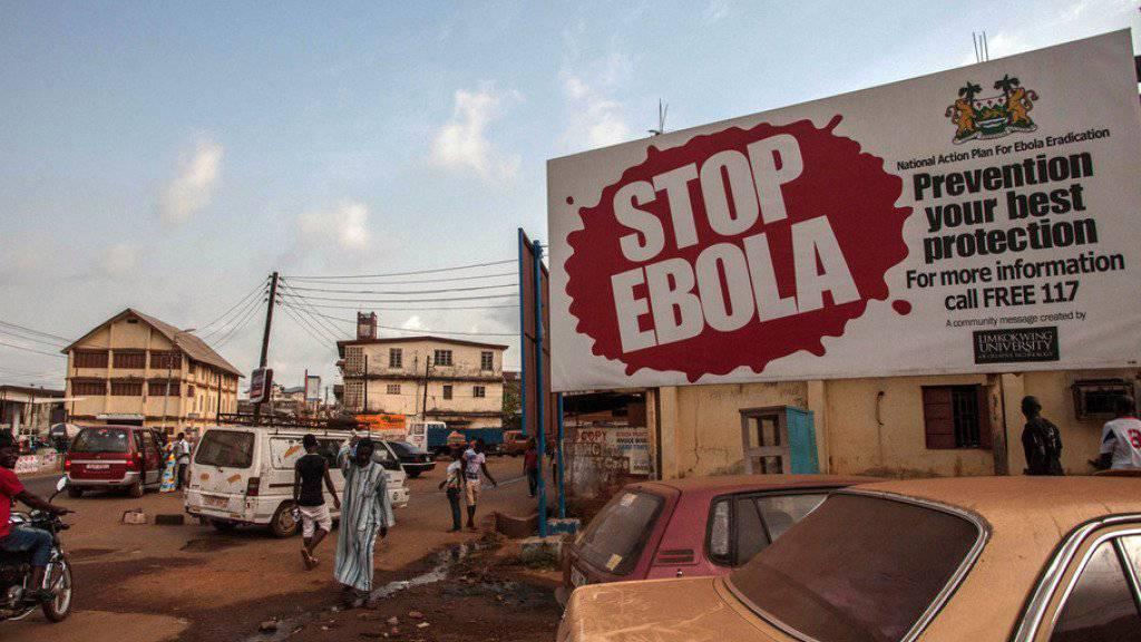 Plakat mit einem Aufruf zu Vorsichtsmassnahmen im Zusammenhang mit dem Ebola-Virus in Freetown, der Hauptstadt von Sierra Leone (Archiv)