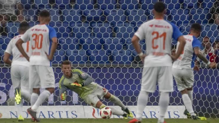 Jonas Omlin hält den Penalty von Marco Djuricin.