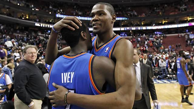 Oklahoma City's Kevin Durant (rechts) bejubelt den Sieg