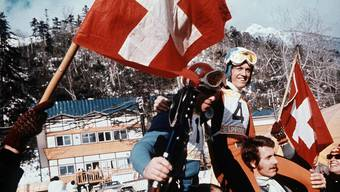 Abfahrts-Olympiasieger Bernhard Russi (rechts) und der Olympiazweite Roland Collombin (vorne links) auf den Schultern der Fans an den Olympischen Winterspielen in Sapporo 1972.