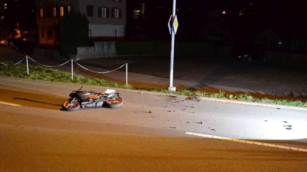 Der Lenker brach sich den Oberschenkel und am Motorrad entstand Totalschaden.