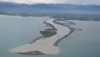 Die neu entstandene Sandinsel in der Mündung des in den Bodensee geleiteten Alpenrheins ist wegen des tiefen Pegelstands gut zu sehen. (Internationale Rheinregulierung)