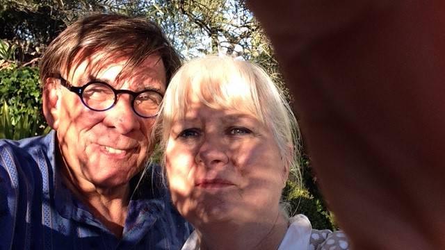 «Wir haben uns 1983 auf in Kokkari auf Samos kennengelernt. Ferienliebe, zwei verschiedene Lebensmittelpunkte (Hamburg und Basel). Eigentlich sprach alles dagegen. Nun sind wir seit 30 Jahren verheiratet und erfreuen uns immer noch aneinander.»  (Michel und Mecki Meier aus Basel)