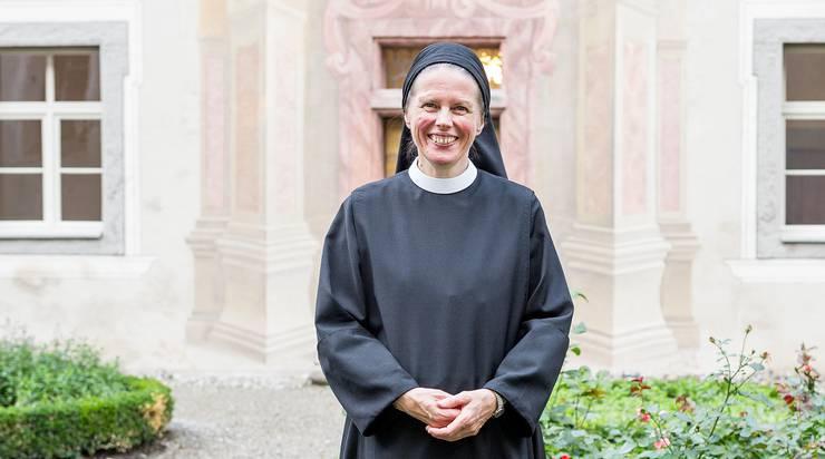 In Lebensjahren ist sie zwar nicht die Jüngste im Kloster Fahr. Doch Schwester Veronika ist als letzte zur Gemeinschaft gekommen. 28 Jahre ist es her, dass sie als 24-Jährige den Eintritt wagte. Dass ihr das Klosterleben zusagen würde, hat sie schon Jahre zuvor während dem Besuch der Bäuerinnenschule gemerkt. Doch sie liess sich genug Zeit für solch einen endgültigen Schritt, studierte erst Krankenpflege, sah sich andere Gemeinschaften an, half noch mehrere Sommer den Eltern beim Bauern «am Berg obe» in Nidwalden, wo es im stotzigen Gelände viel zu heuen gab. Lange rang sie mit sich, ob sie wirklich in einem geschlossenen Kloster leben kann, auch ihre Familie war zuerst nicht begeistert. Ihr geistlicher Begleiter habe sie dann irgendwann gefragt, welche Institution sie wählen würde, wenn sie jetzt sofort müsste. Sie weigerte sich, darauf eine Antwort zu geben, doch in derselben Nacht kam diese zu ihr: Das Kloster Fahr wäre es, war ihr plötzlich klar. Bereut hat sie den Schritt bis heute nicht. «Das Leben hier ist spannend», sagt die 52-Jährige; es ist meist sie, die bei den Gottesdiensten vorsingt, zudem arbeitet sie in der Paramentenwerkstatt und hilft, die älteren Schwestern zu pflegen. Ihr gefällt, dass sich das Kloster mittlerweile offener zeigt. «Ich kann heute besser dahinterstehen.» Als Zweitjüngste wird sie wohl auch eine der letzten der Gemeinschaft sein. Da man die heutigen Strukturen wohl nicht ewig aufrechterhalten könne, wäre Schwester Veronika auch offen für neue Formen der Gemeinschaft – «aber nicht zu neue, ein Leben nur in Anlehnung an die benediktinische Regel wäre mir zu wenig».