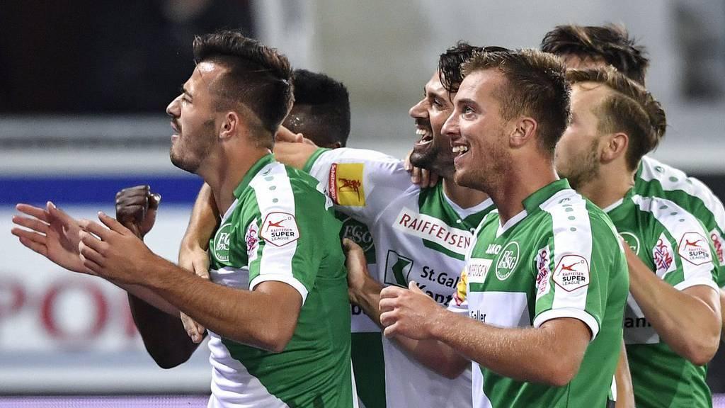 Jubelnde Espen: Die Spieler des FC St.Gallen lassen sich nach dem 2:1 gegen Thun von ihren Fans feiern.